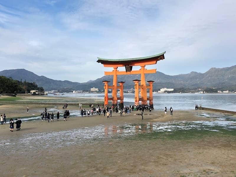 厳島神社の赤い大鳥居