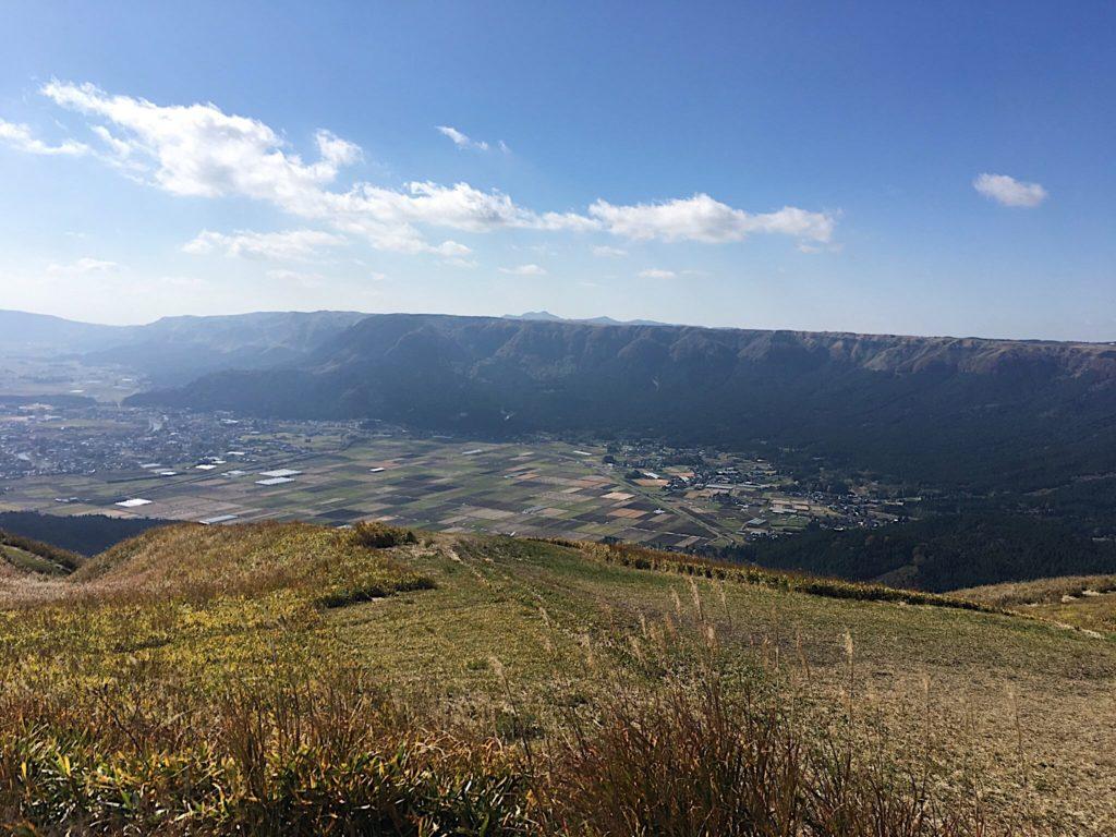 阿蘇山のカルデラを展望台から眺める