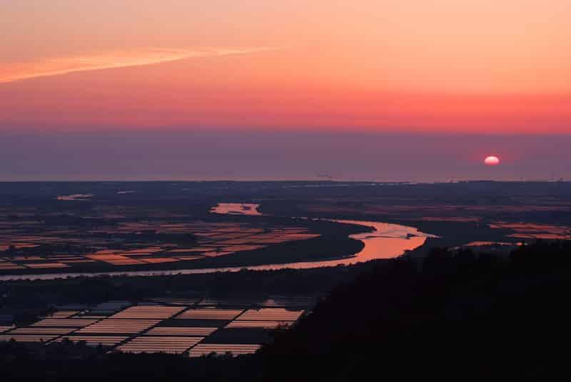 夕焼けが映える最上川