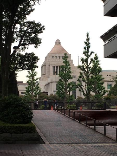 図書館の前に国会議事堂が見える