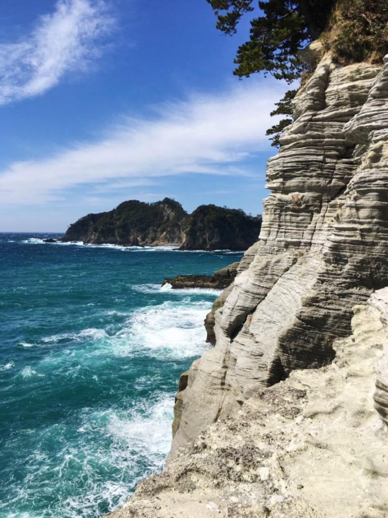 白い海岸の崖と青い海