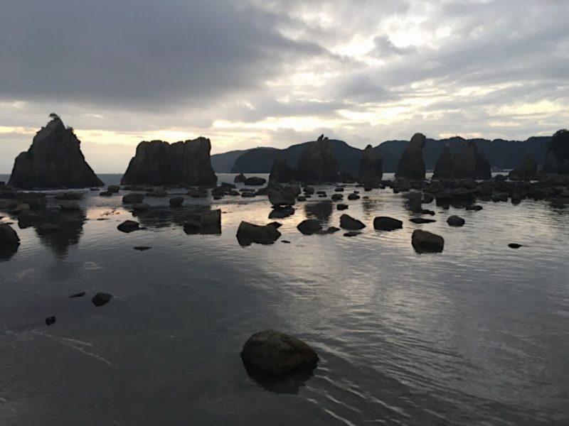 早朝の橋杭岩
