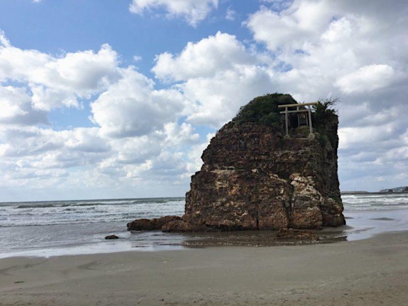 伊佐の浜の砂浜と弁天島