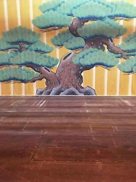 松の絵がかかれた歌舞伎舞台