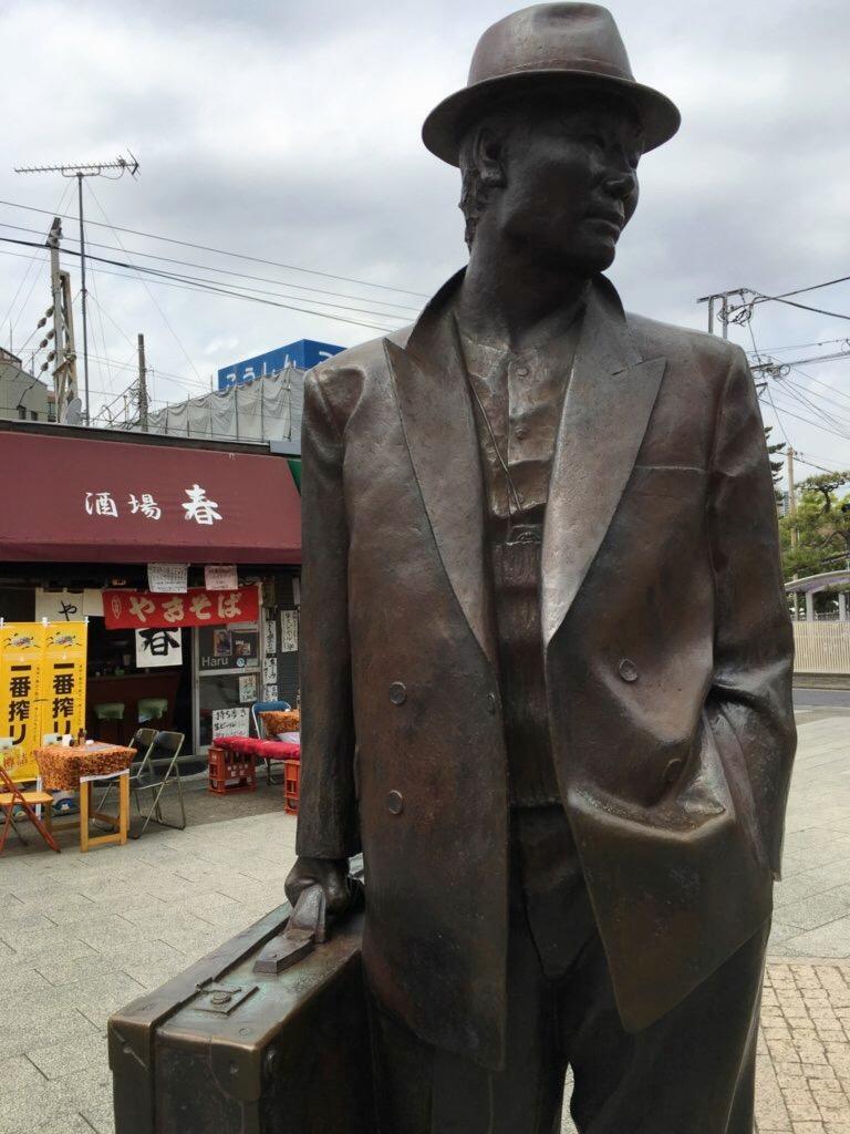 柴又駅の寅さん像