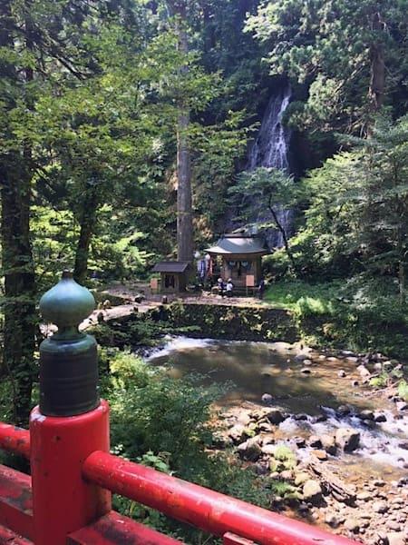 秡川にかかる神橋と須賀の滝
