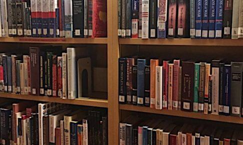 国際教養大学の図書館の本棚