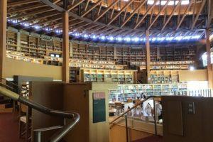 秋田の国際教養大学の図書館