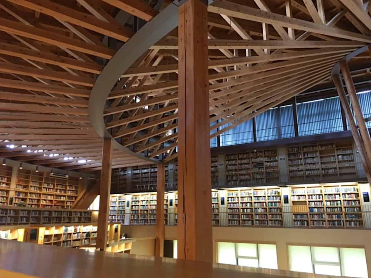 秋田杉が使われている秋田教養大学の図書館