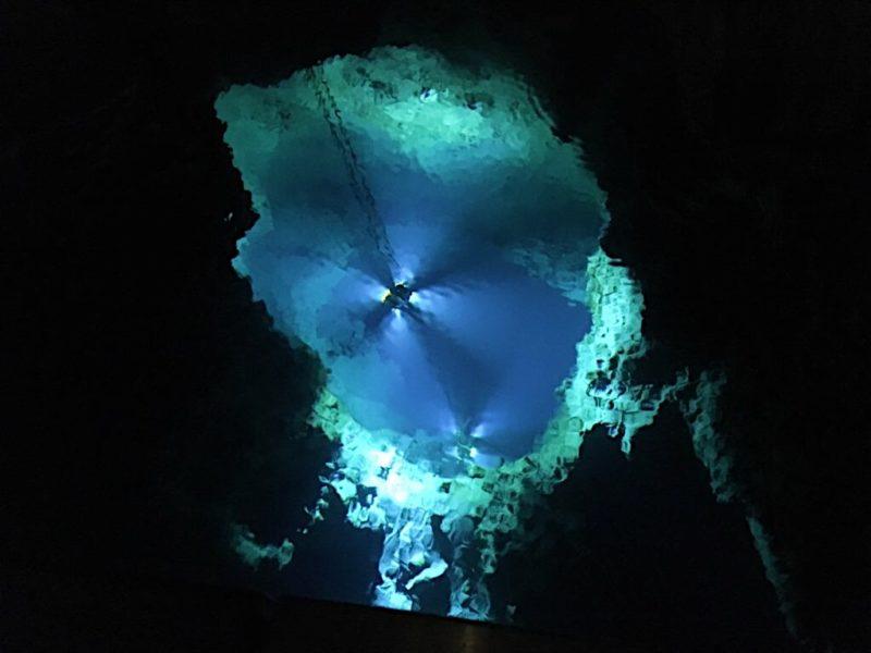 龍泉洞の地底湖