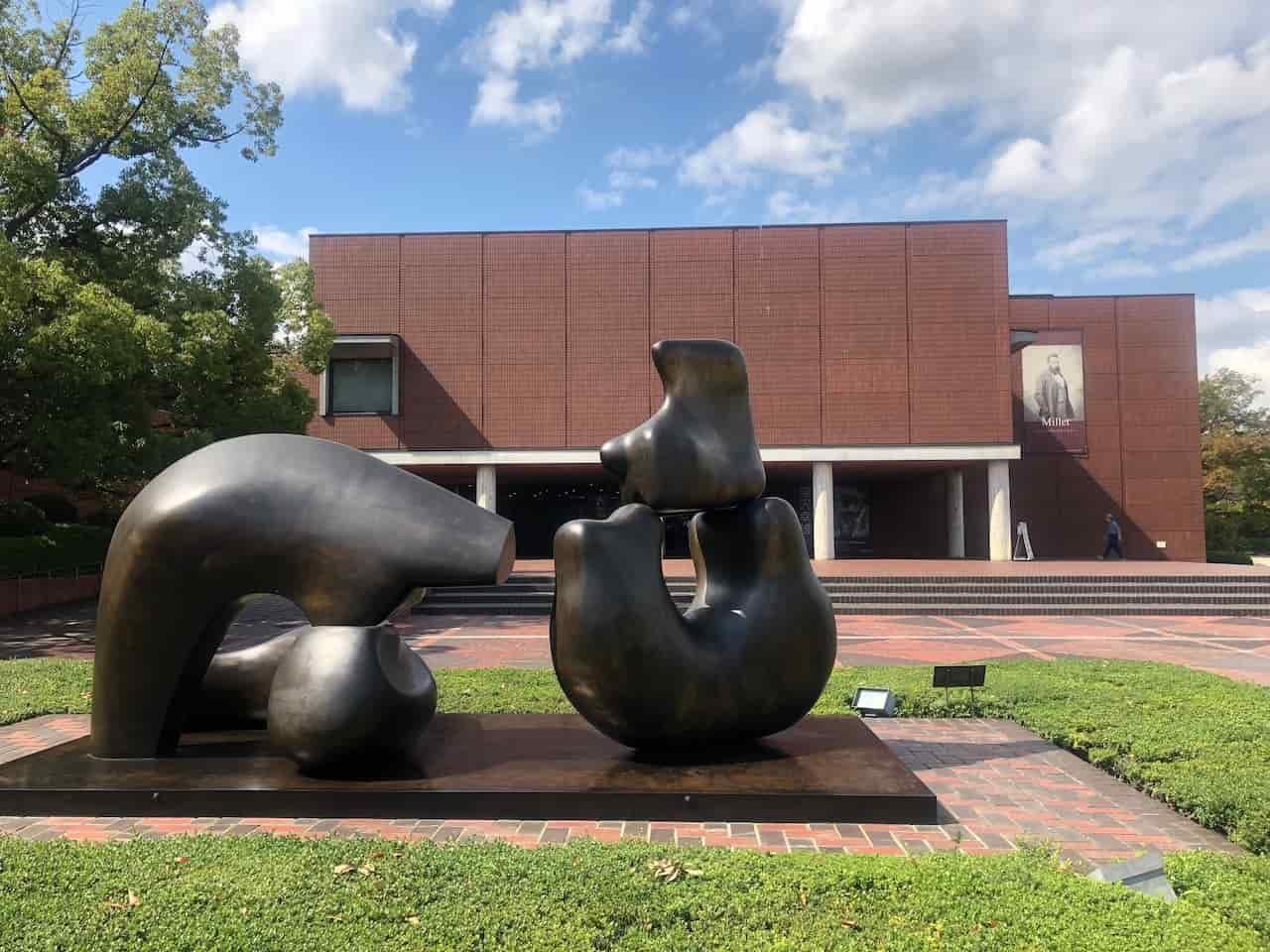 山梨県立美術館の建物