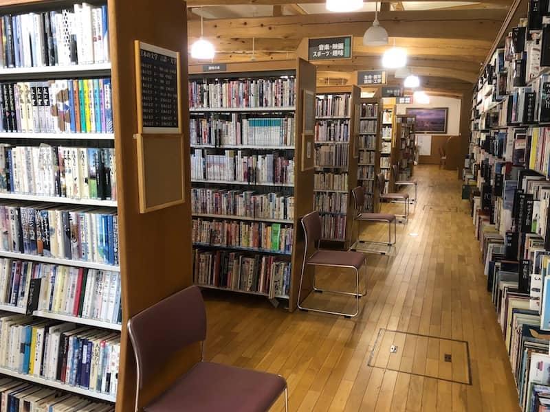 山中湖情報創造館の本棚