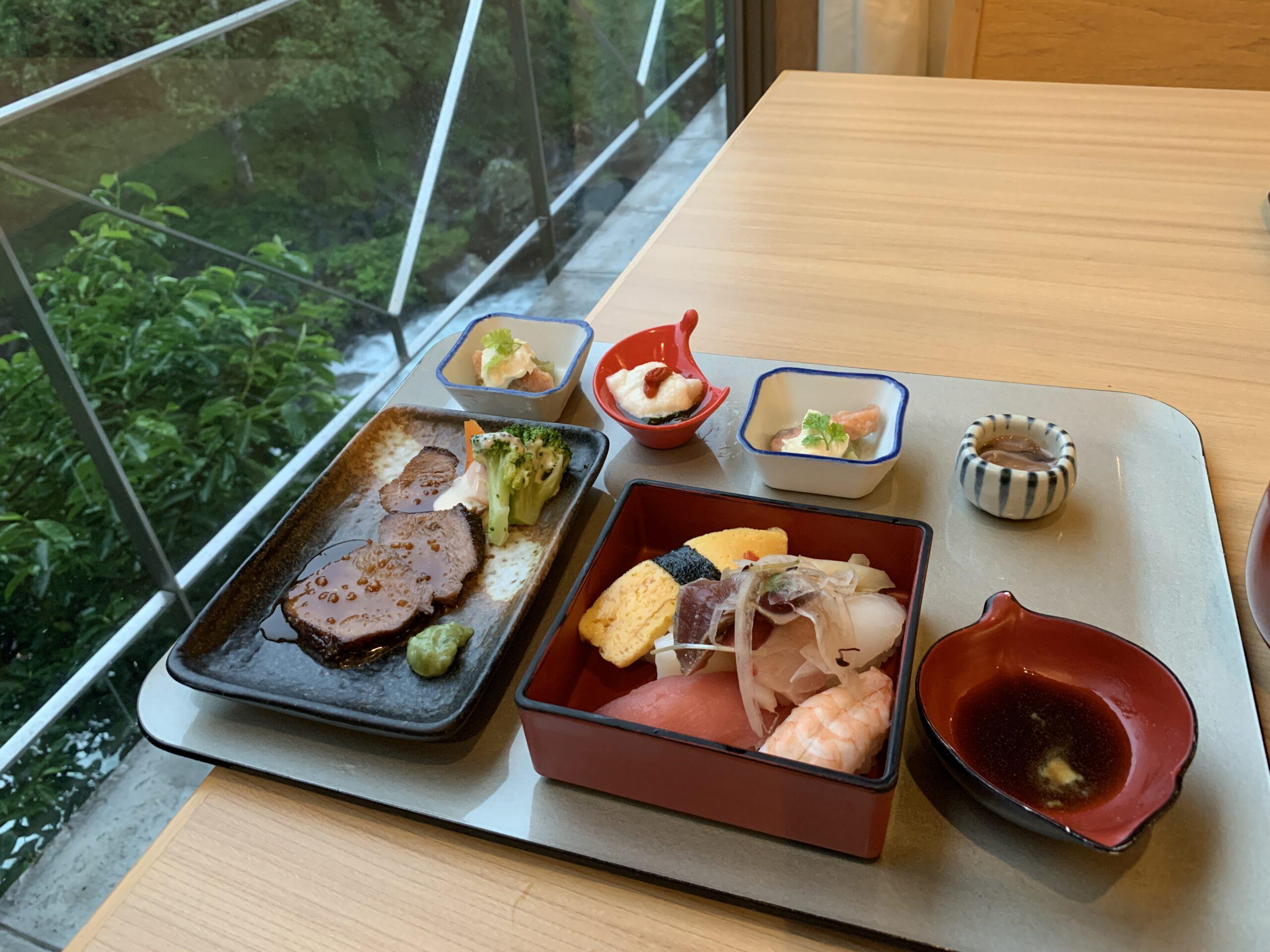 夕食ビュッフェのお寿司とローストビーフ